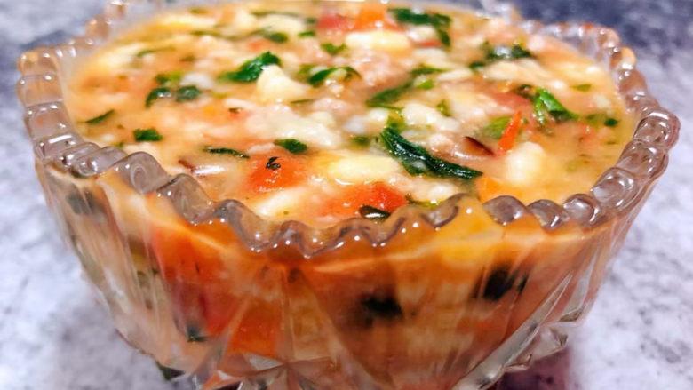 西红柿面疙瘩,营养丰富的西红柿芹菜叶香菇猪肉疙瘩汤装入容器中就大功告成了