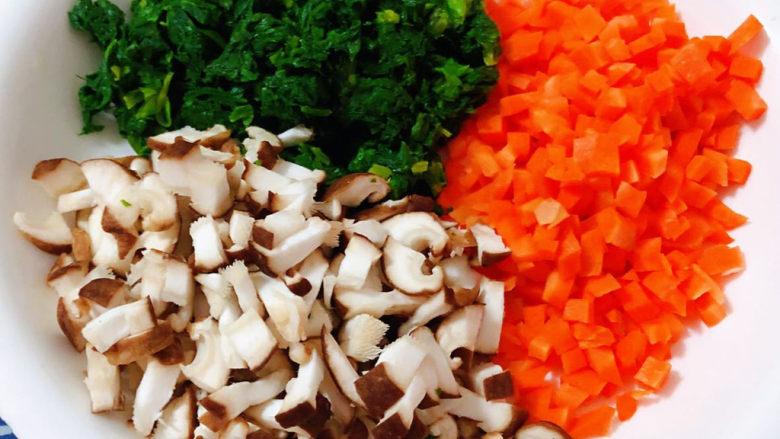 西红柿面疙瘩,香菇、胡萝卜、芹菜叶切成小粒