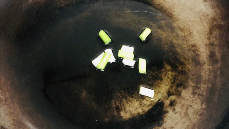 西红柿虾仁面疙瘩汤,锅里热油,下葱段