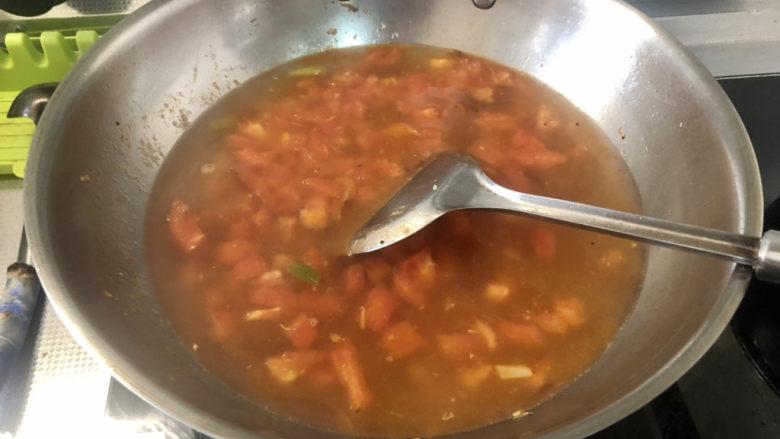 西红柿面疙瘩,加入适量热水,煮开,水量根据食用人数和喜好