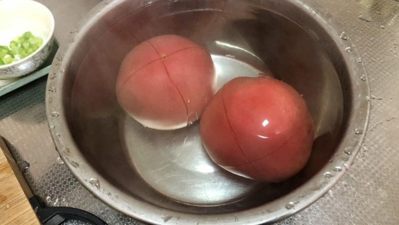 西红柿面疙瘩,加入开水没过番茄,烫三分钟左右,方便剥皮