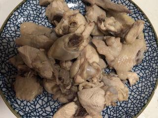 生炒鸡,焯好水的鸡块赶紧泡入冷水,清冼干净备用。