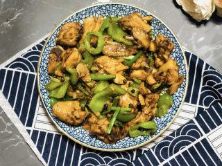 生炒鸡,喜欢辣的同学还可以加入干辣椒段,因为孩子们不能吃辣,所以我没加。