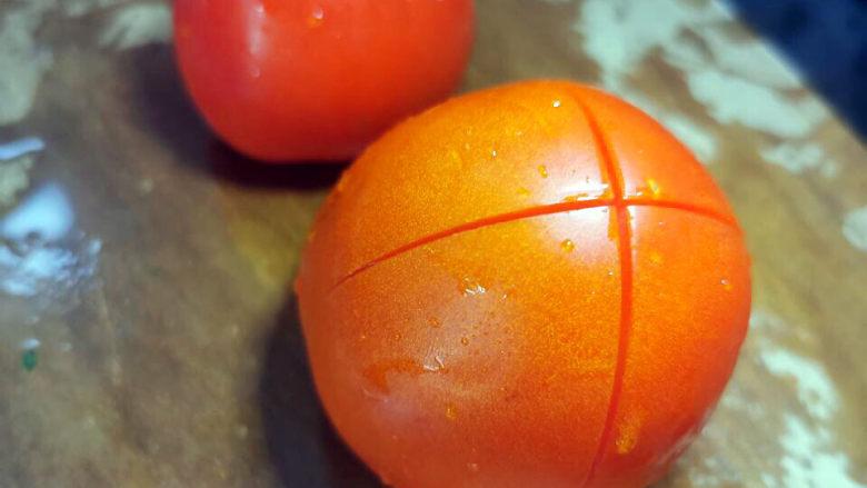 西红柿面疙瘩,在底部划十字刀