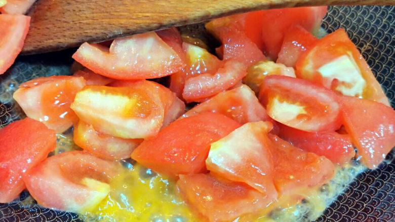 西红柿面疙瘩,锅中下油,炒软西红柿