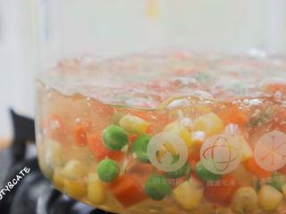 發現吐司新吃法!2款超好吃的吐司杯,早餐又有新花樣啦~,培根切成3份,玉米豌豆胡蘿卜粒焯水備用。