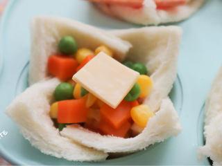 發現吐司新吃法!2款超好吃的吐司杯,早餐又有新花樣啦~,蔬菜吐司杯:先放入小片芝士,再放入玉米豌豆胡蘿卜粒,放一小片芝士在表面。