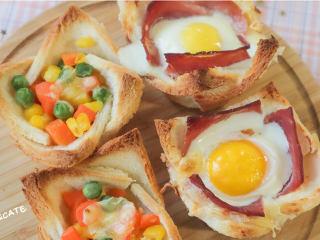 發現吐司新吃法!2款超好吃的吐司杯,早餐又有新花樣啦~,取出烤盤,兩種口味的芝士吐司杯就做好啦,開吃吧~