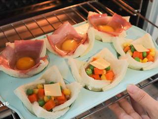 發現吐司新吃法!2款超好吃的吐司杯,早餐又有新花樣啦~,烤箱預熱好,放入烤盤,180度烤20分鐘。