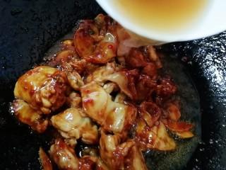 醬爆牛蛙,加大半碗開水,順便涮一下勺子上蘸的醬料。大火燒開,蓋上蓋子文火燜燒5分鐘。