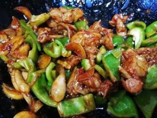醬爆牛蛙,放入青椒,急火翻炒均勻。