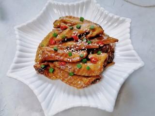 紅燒雞翅尖,裝盤撒上白芝麻和蔥花點綴