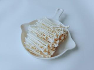 蚝油金针菇,金针菇清洗干净,把前面影响口感的切除。