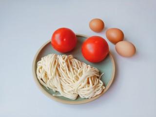西红柿鸡蛋拌面,准备手擀面条与配菜。