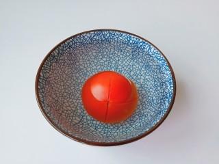 西红柿鸡蛋拌面,番茄划十字花刀放碗里,加入开始浸泡几分钟就可以剥皮。