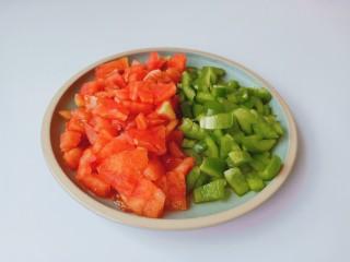 西红柿鸡蛋拌面,番茄与灯椒分别切丁备用。