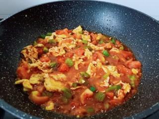 西红柿鸡蛋拌面,快速翻拌均匀煮一分钟就可以出锅了!