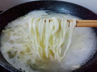 西红柿鸡蛋拌面,煮面条期间添加一次冷水,再次煮开就熟了。