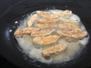 蛋黃南瓜,煎黃翻另一面,兩面都煎黃就可以起鍋了。(四分鐘左右)