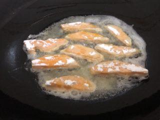 蛋黃南瓜,油微熱下沾好的南瓜條