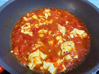 西紅柿雞蛋拌面,煮至湯汁濃稠關火