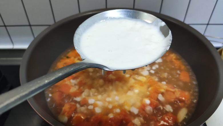 西红柿面疙瘩,西红柿煮开,把面糊倒入漏勺,滴落在锅中,就成了面疙瘩