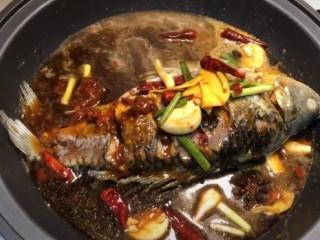 紅燒魚,然后把準備好的醬汁均勻的倒入鍋中魚的全身,這樣方便魚肉更鮮魚也更入味