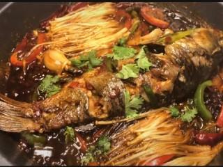 紅燒魚,五分鐘過去了打開蓋子撒上一些香菜是紅燒魚更入味看上去很美味,這樣我們的紅燒魚就搞定啦,開吃啦