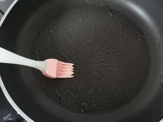 培根雞蛋餅,平底鍋刷一層薄薄的油