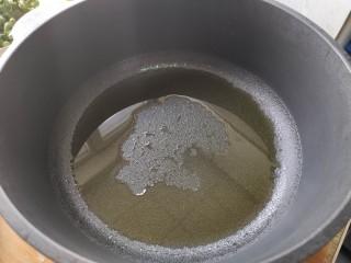 可乐鸡翅根,锅中加入食用油