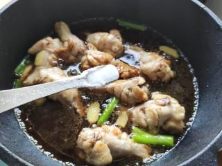 可乐鸡翅根,加入盐,炒匀