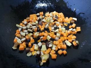山藥芙蓉湯,熱鍋倒入少量油,放入香菇丁和胡蘿卜丁,文火炒香,把香菇香味炒出來。