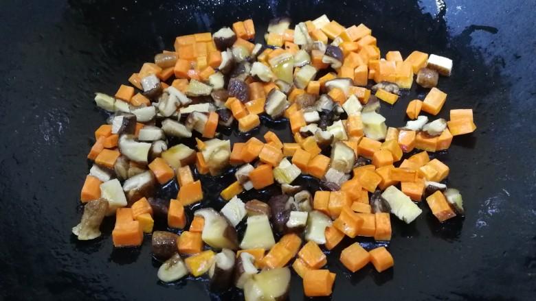 山药芙蓉汤,热锅倒入少量油,放入香菇丁和胡萝卜丁,文火炒香,把香菇香味炒出来。