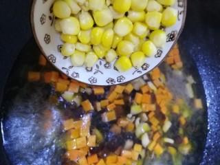 山藥芙蓉湯,文火煮開,放入熟玉米粒,文火煮開。