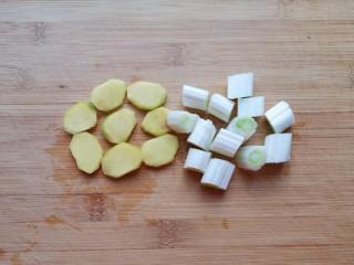 可乐鸡翅根,另外一半生姜切成片,大葱切成小段。