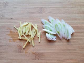 可乐鸡翅根,取一半的大葱和生姜切成丝。