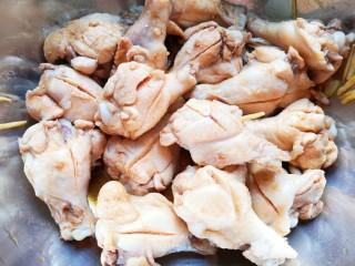 可乐鸡翅根,搅拌均匀腌制半个小时,中间搅拌几次。