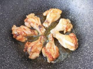 可乐鸡翅根,中火煎至鸡翅根金黄色。