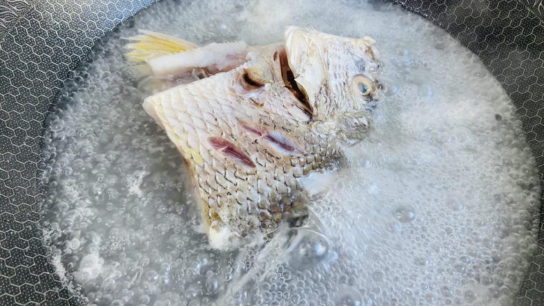 豆腐鱼头汤.,大火煮沸