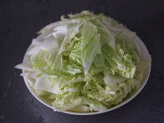 白菜炒肉片,捞出沥干水分切小块
