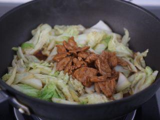 白菜炒肉片,加入肉片