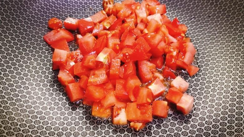 西红柿面疙瘩,将西红柿丁加入翻炒