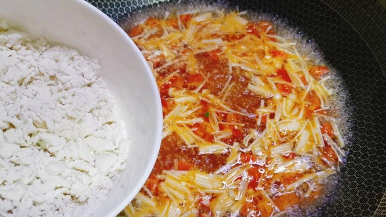 西红柿面疙瘩,煮开后将面疙瘩边搅拌边加入锅中