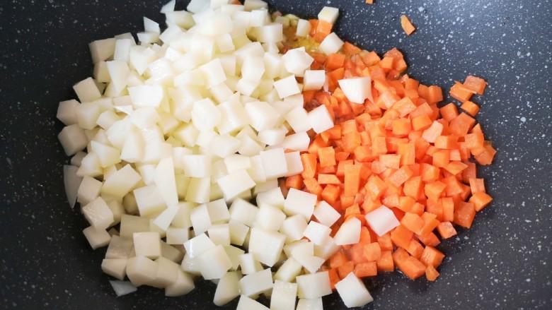 西红柿面疙瘩,下入土豆和胡萝卜。