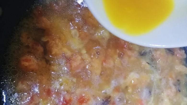西红柿面疙瘩,改小火,均匀淋入蛋液。