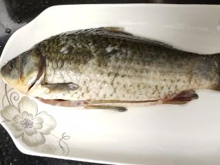 紅燒魚,去魚鱗和魚鰓,清洗干凈