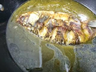 紅燒魚,煎至兩面金黃后放入適量的水