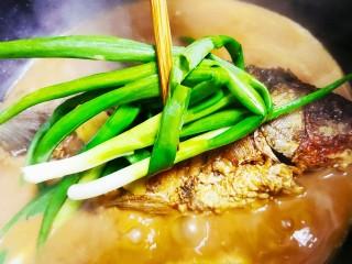 红烧鱼,煮开后加入葱