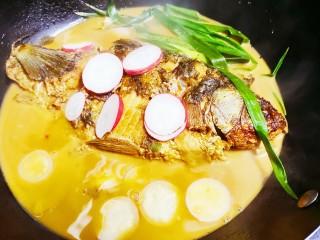 红烧鱼,再加入萝卜片继续小火煮