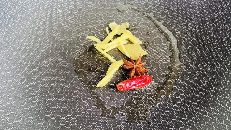 可乐鸡翅根,起油锅放入姜丝、干辣椒、香叶、八角煸炒出香味
